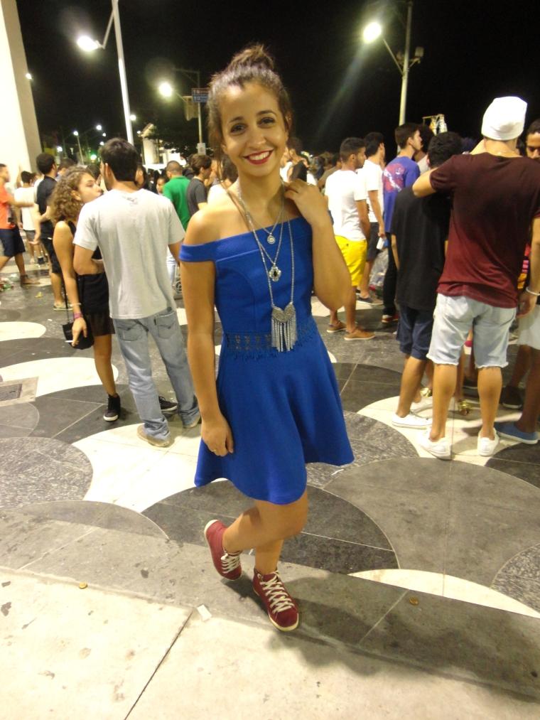 vestido azul com tênis